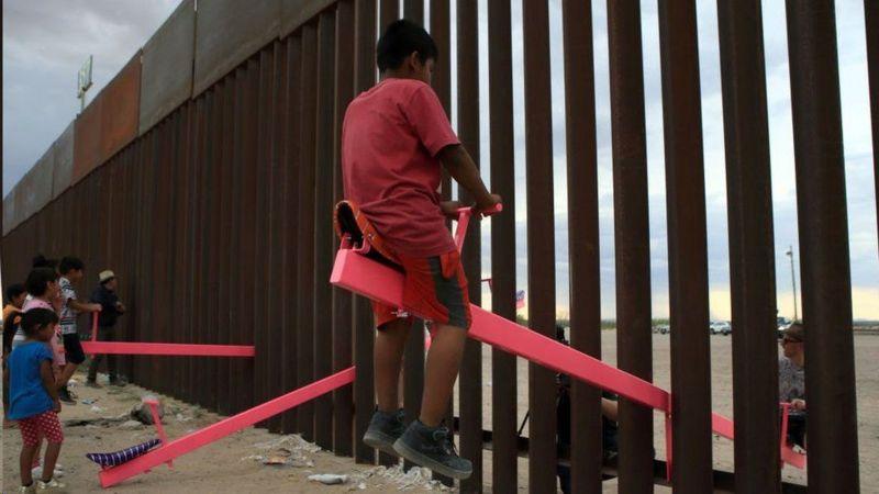 """""""الاکلنگهای صورتی"""" بین دیوار مرزی آمریکا و مکزیک؛ برنده جایزه طراحی سال ۲۰۲۰"""