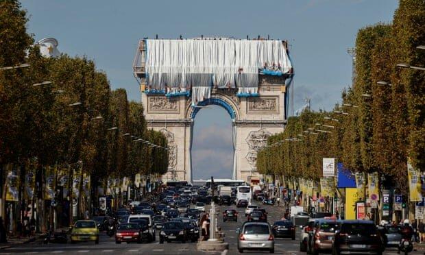 پارچهپیچی بنای عظیم طاق پیروزی فرانسه در حال پایان است
