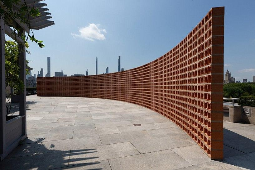 hector zamora installs lattice detour at the met — a curved, see-through brick wall