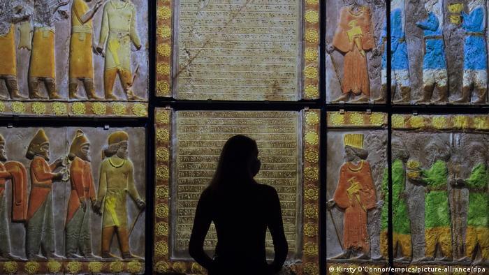 کاتالوگ نمایشگاه فرهنگ و هنر ٥٠٠٠ هزارساله ایران در موزه ویكتوریا و آلبرت